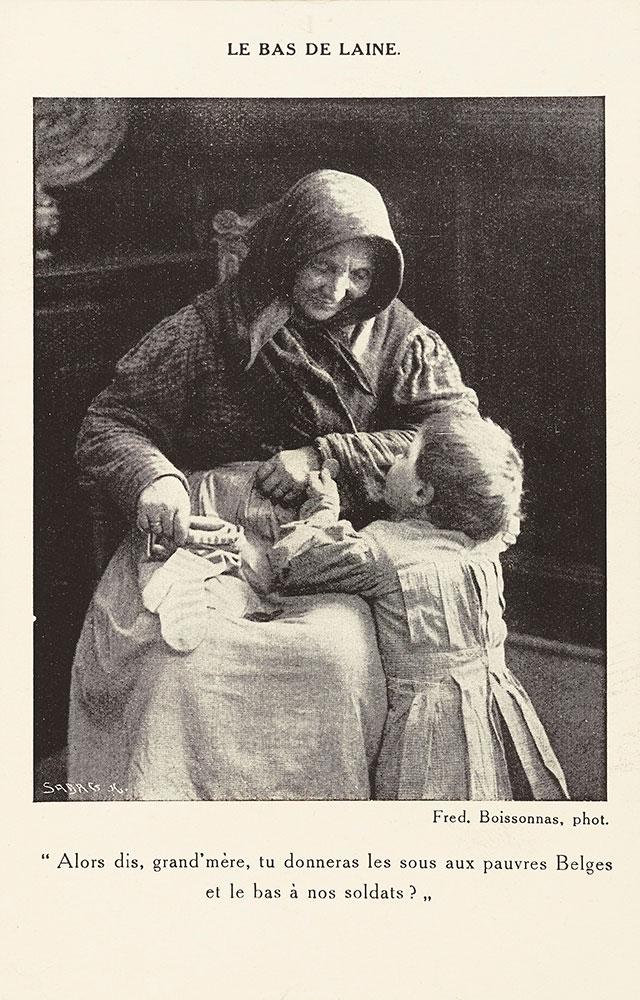 Cette Carte Postale Photographique Montre Une Vieille Dame Assise Sur Chaise Tenant Son Bas De Laine Dans Sa Main Droite Dou Se Sont Echappees